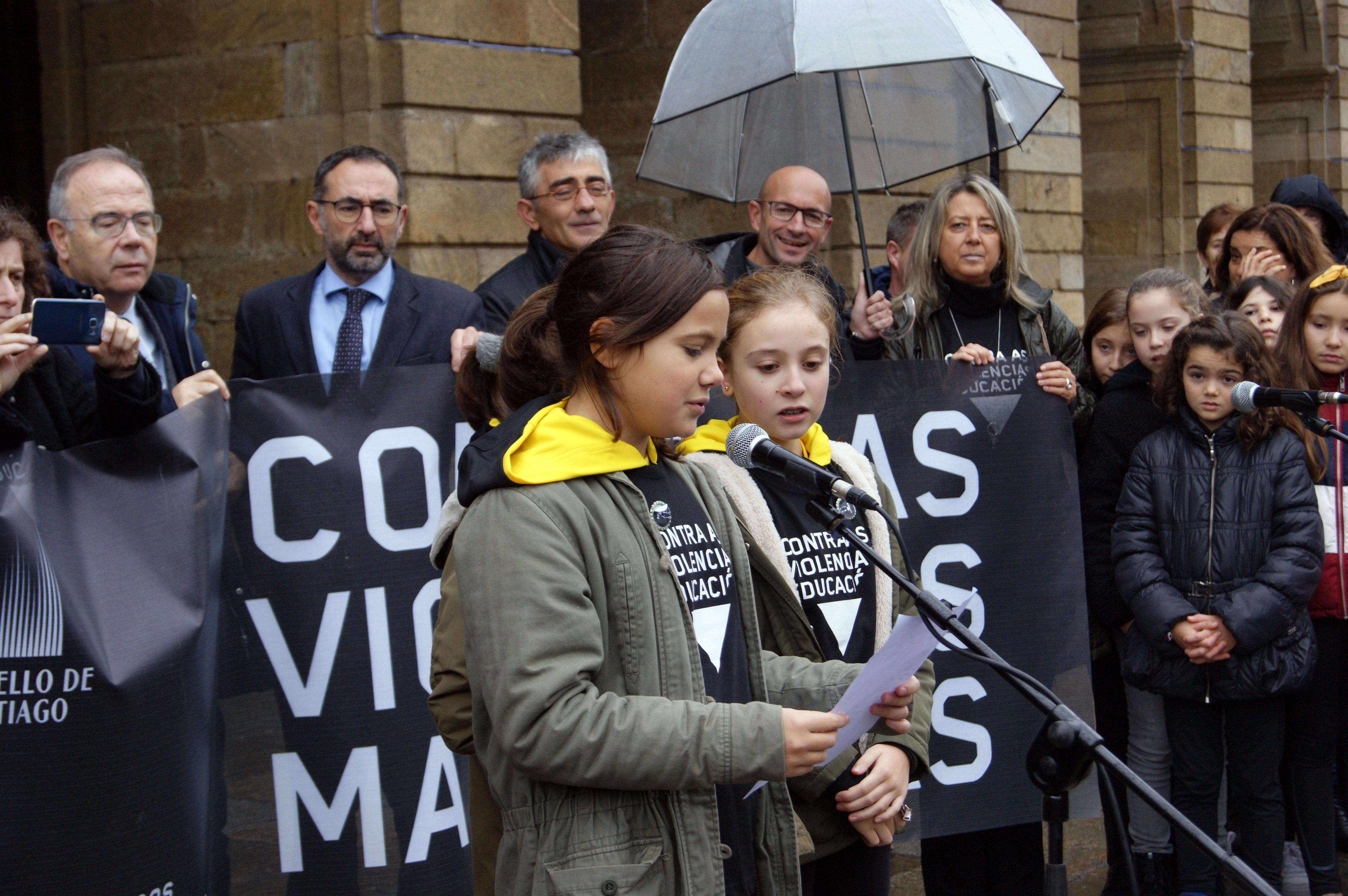 Alumnas do CPR Vilas Alborada, no acto central da campaña 'En Negro' en Santiago