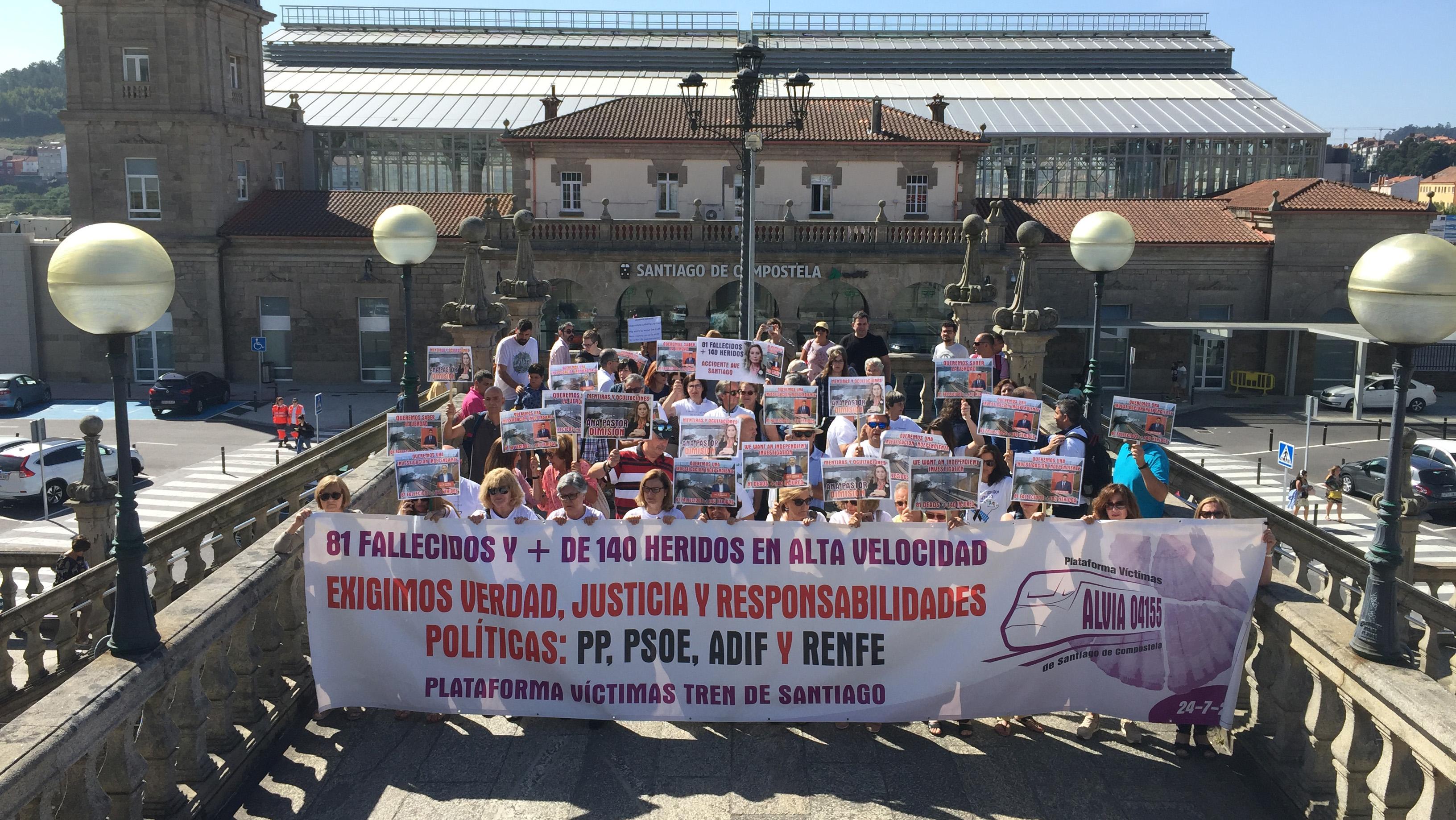 Saída da estación de Santiago da manifestación das vítimas de Angrois no sexto aniversario do accidente
