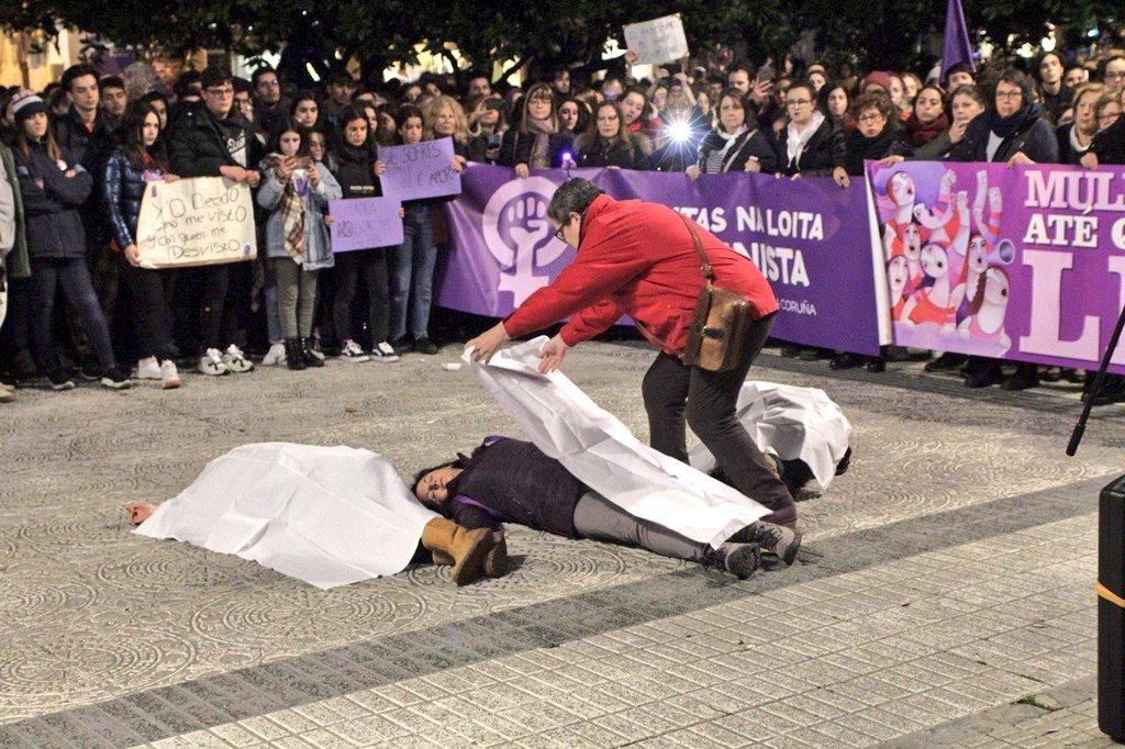 Acción simbólica de lembranza ás vítimas dos asasinatos machistas, na mobilización da Coruña neste 25N de 2019