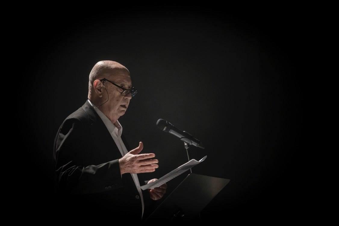 Méndez Ferrín le o manifesto do Día Mundial da Poesía no Teatro Principal De Santiago
