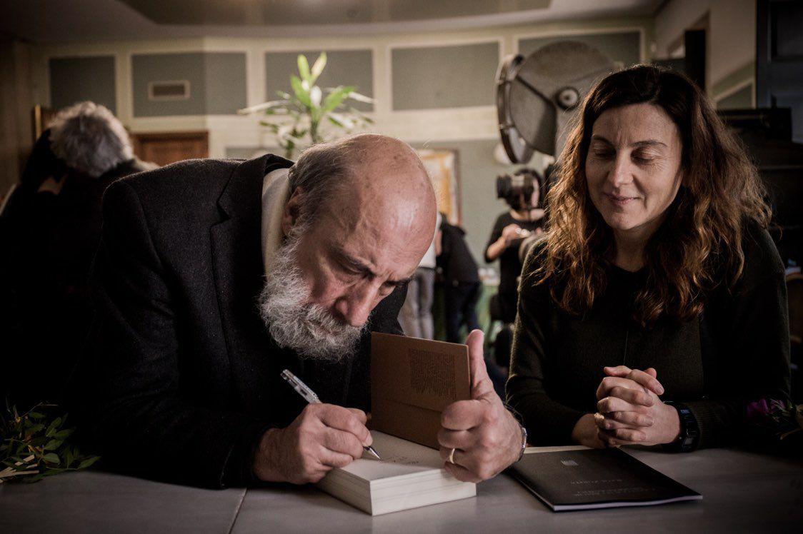 Raúl Zurita, que estivo en Santiago e na Coruña, asinando un libro