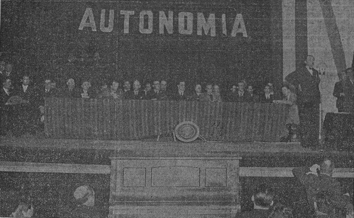 Castelao, no mitin do teatro Rosalía da Coruña da primeira xornada da campaña do Estatuto do 36