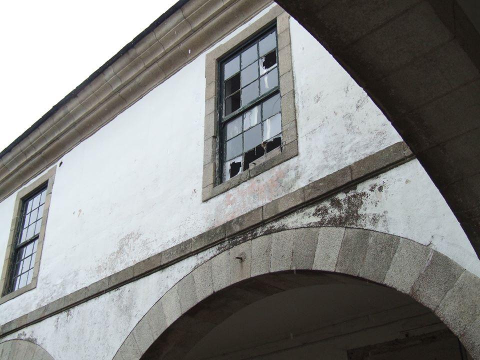 Vidros rotos nas fiestras do patio do Cuartel de San Fernando | Concello de Lugo