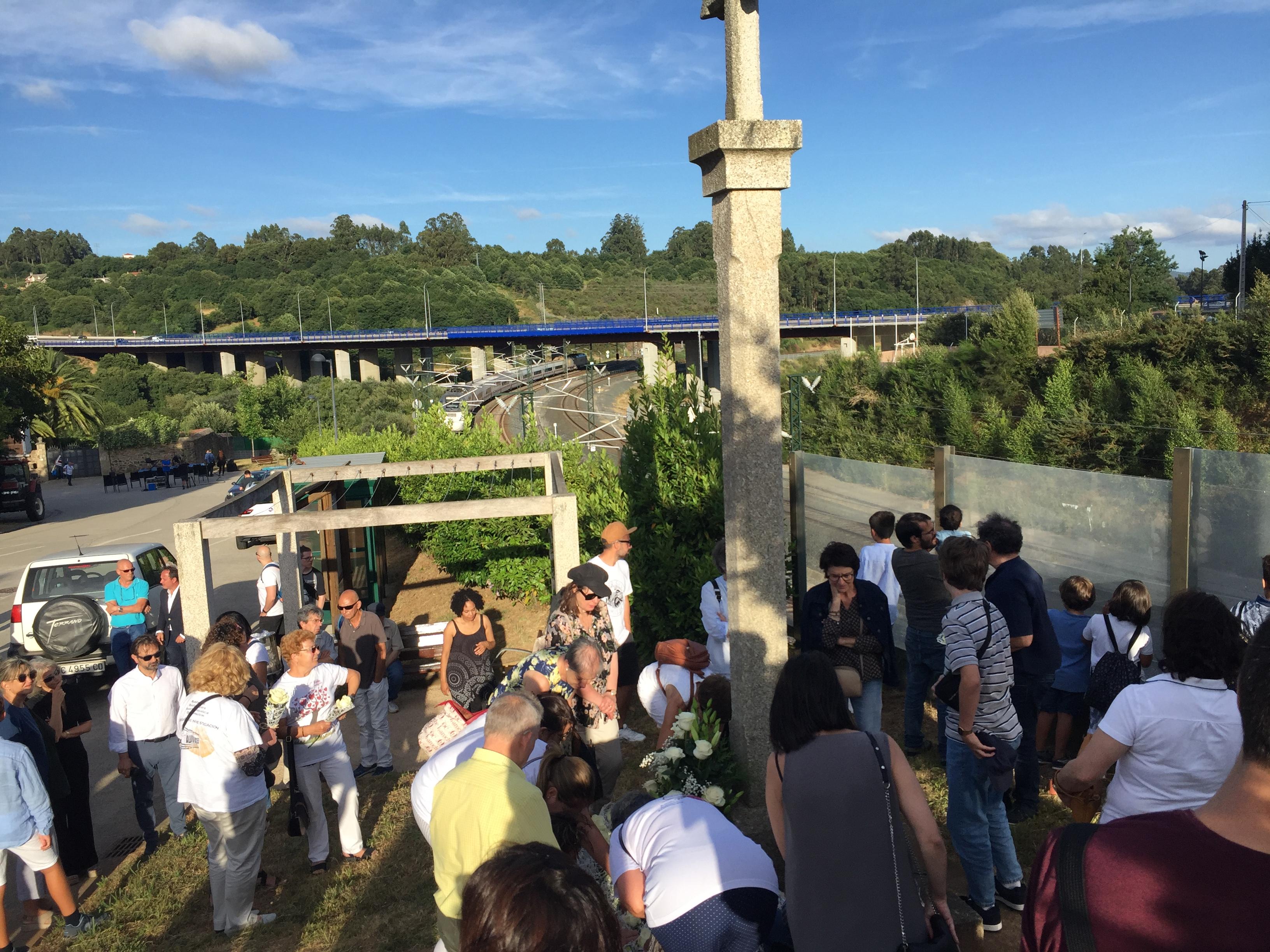 Tren Alvia pasando pola curva de Angrois durante a ofrenda floral das vítimas no sexto aniversario