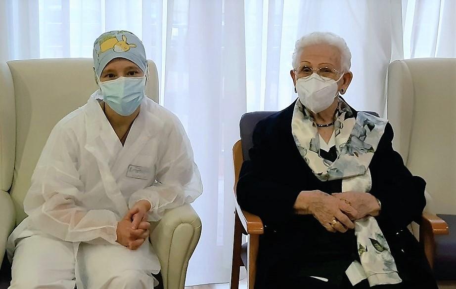 Araceli Rosario Hidalgo e Mónica Tapias, as primeiras persoas vacinadas en España