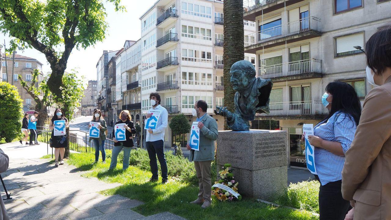 Acto de Queremos Galego no busto de Carvalho Calero, fronte á súa casa en Santiago