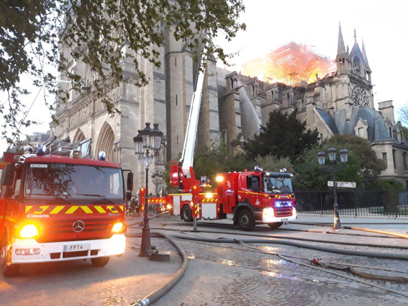 Traballos de extinción do lume en Notre-Dame
