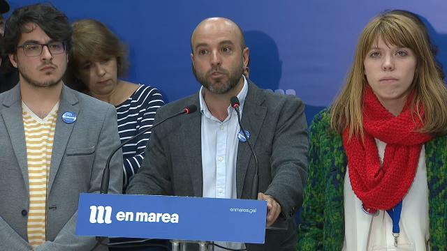 Luís Villares, entre Iván Olmos e Iris Malvido, valorando o resultado do 28A