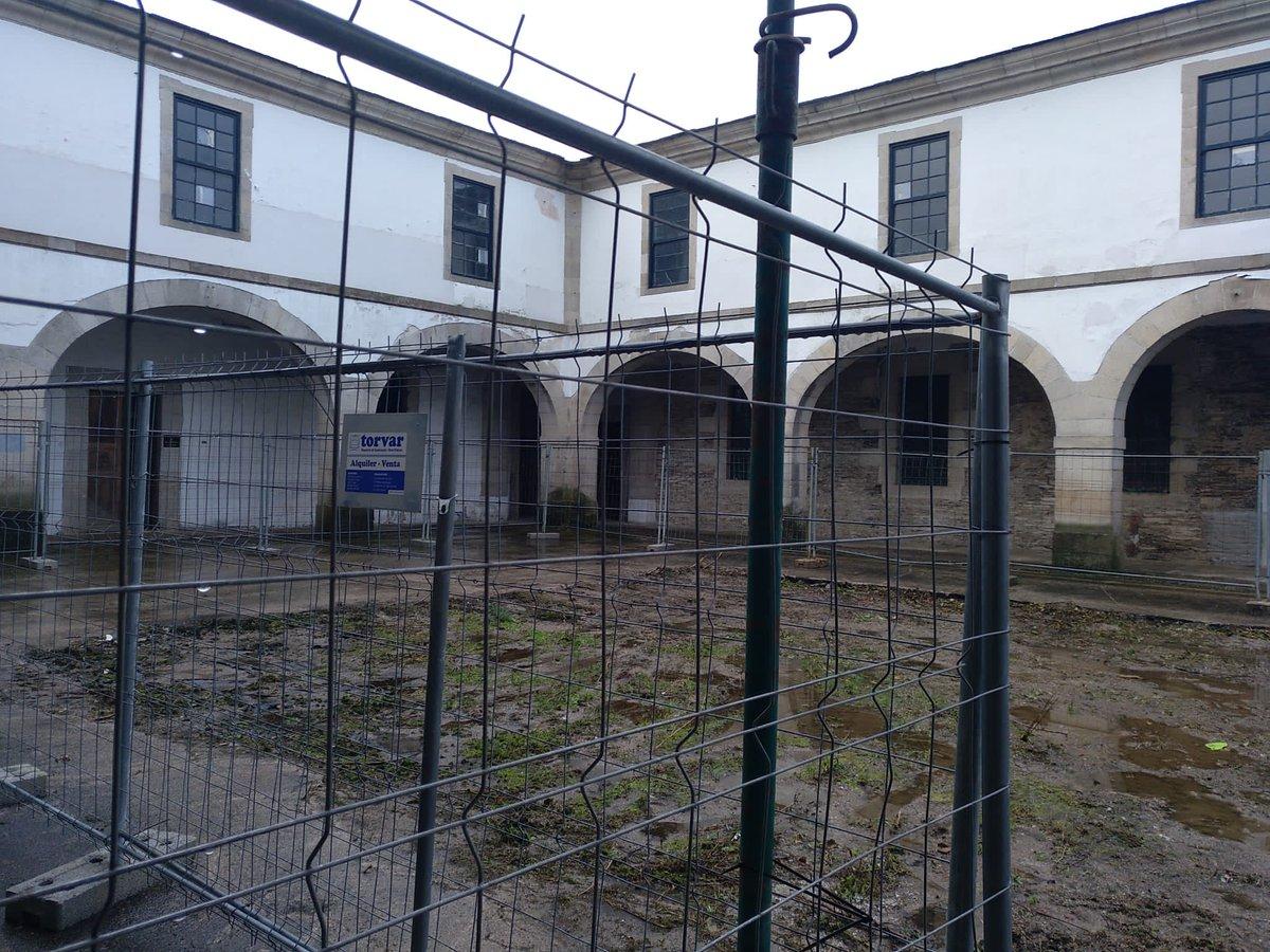 Patio do Cuartel de San Fernando, con valos de obra en novembro de 2019 | Delegación do Goberno central en Galicia