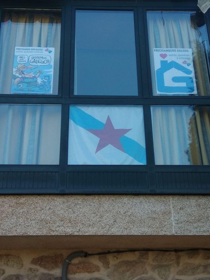 Bandeira nunha fiestra en celebración do Día das Letras de Carvalho Calero