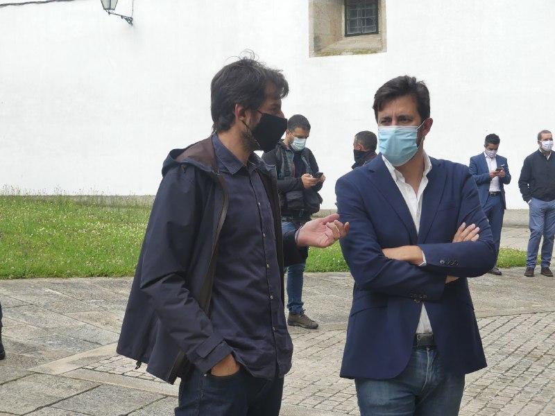 O candidato de Galicia en Común, Antón Gómez-Reino, co deputado Marcos Cal na homenaxe ás vítimas do coronavirus