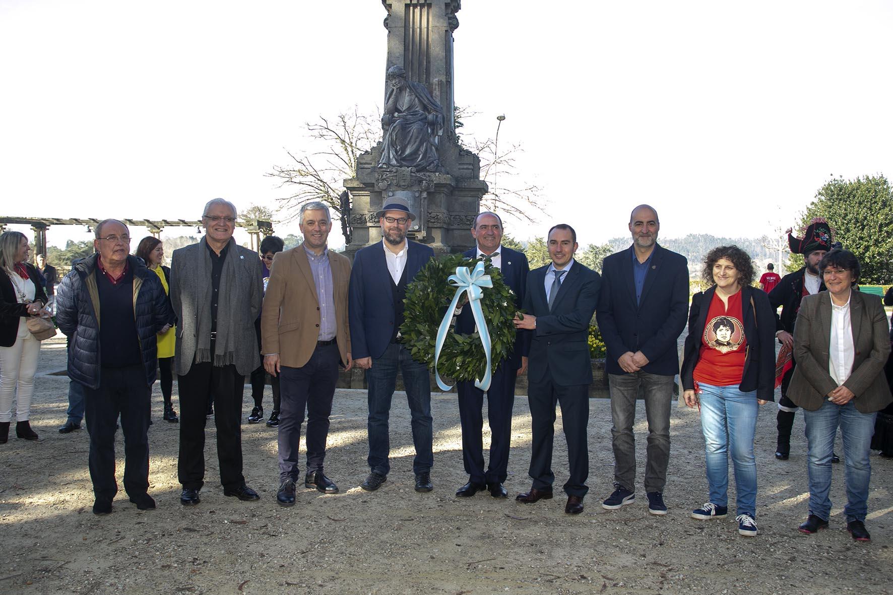 Representantes institucionais, ante o monumento a Rosalía na Alameda