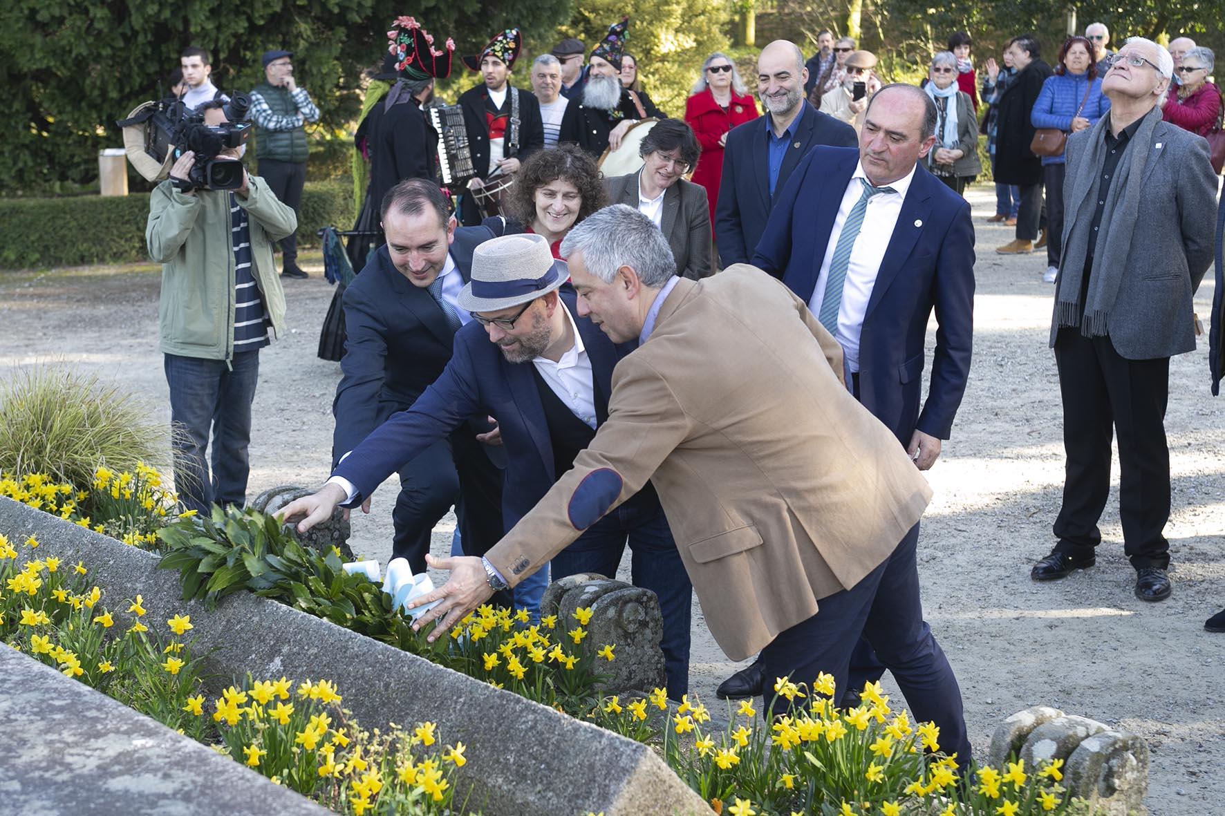 Valentín García, Martiño Noriega e Antonio Fernández Angueira realizan a ofrenda floral a Rosalía na Alameda compostelá