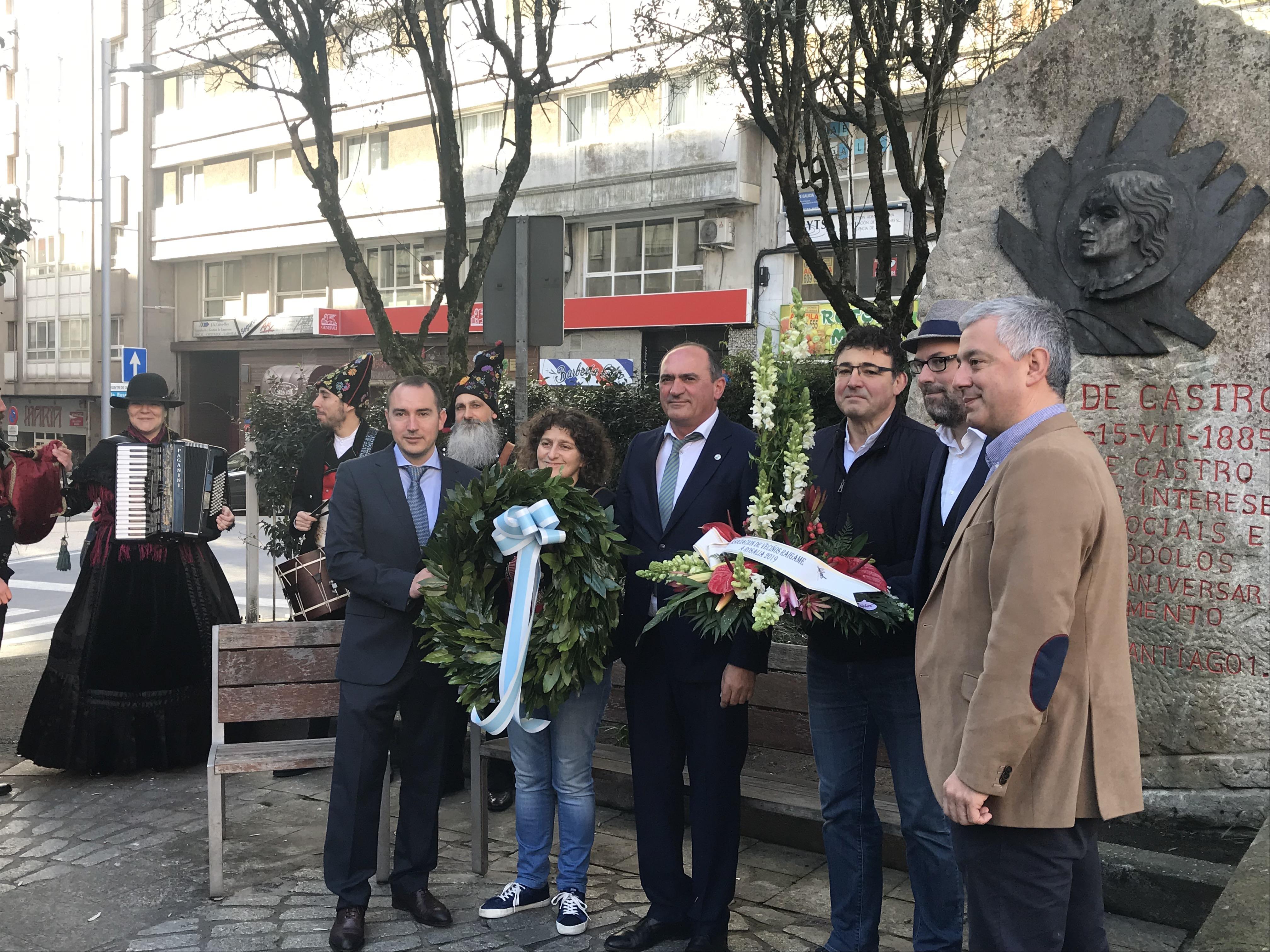 Ofrenda floral a Rosalía na Praza de Vigo en Santiago, na contorna do antigo Camiño Novo, onde naceu a poeta
