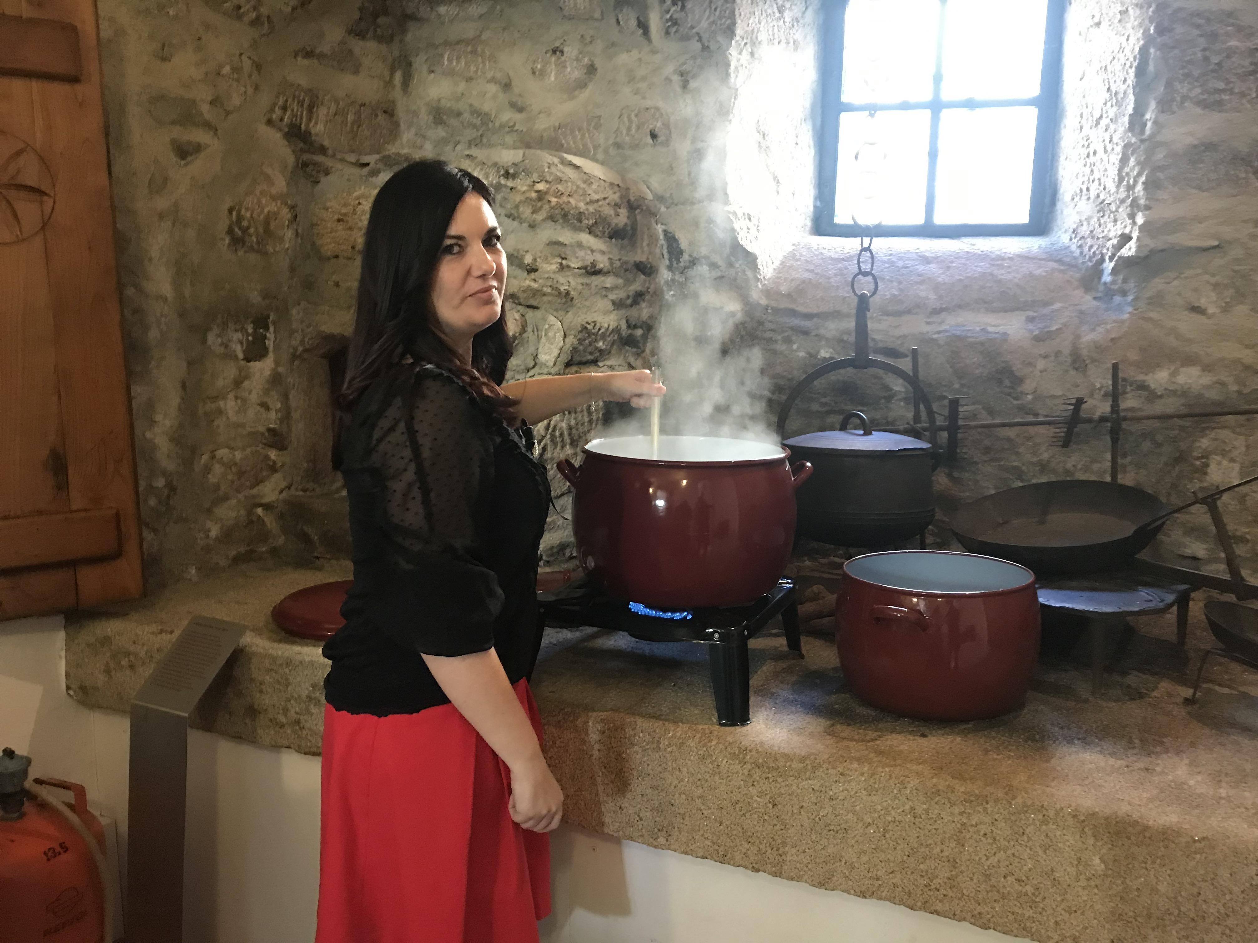 Ledicia Costas prepara o Caldo de Gloria na Casa da Matanza