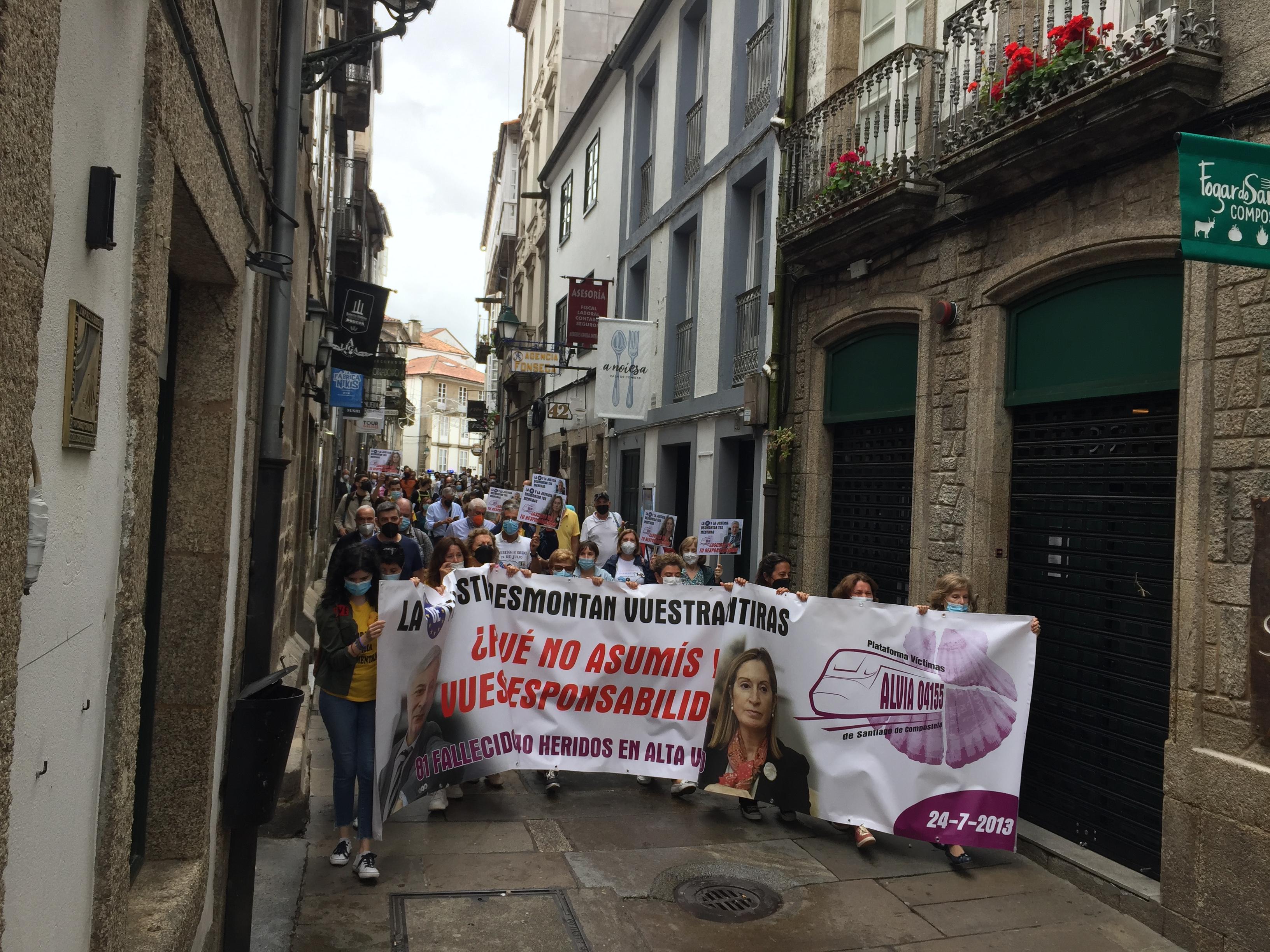 Vítimas de Angrois maniféstanse polas rúas de Santiago no oitavo aniversario do accidente