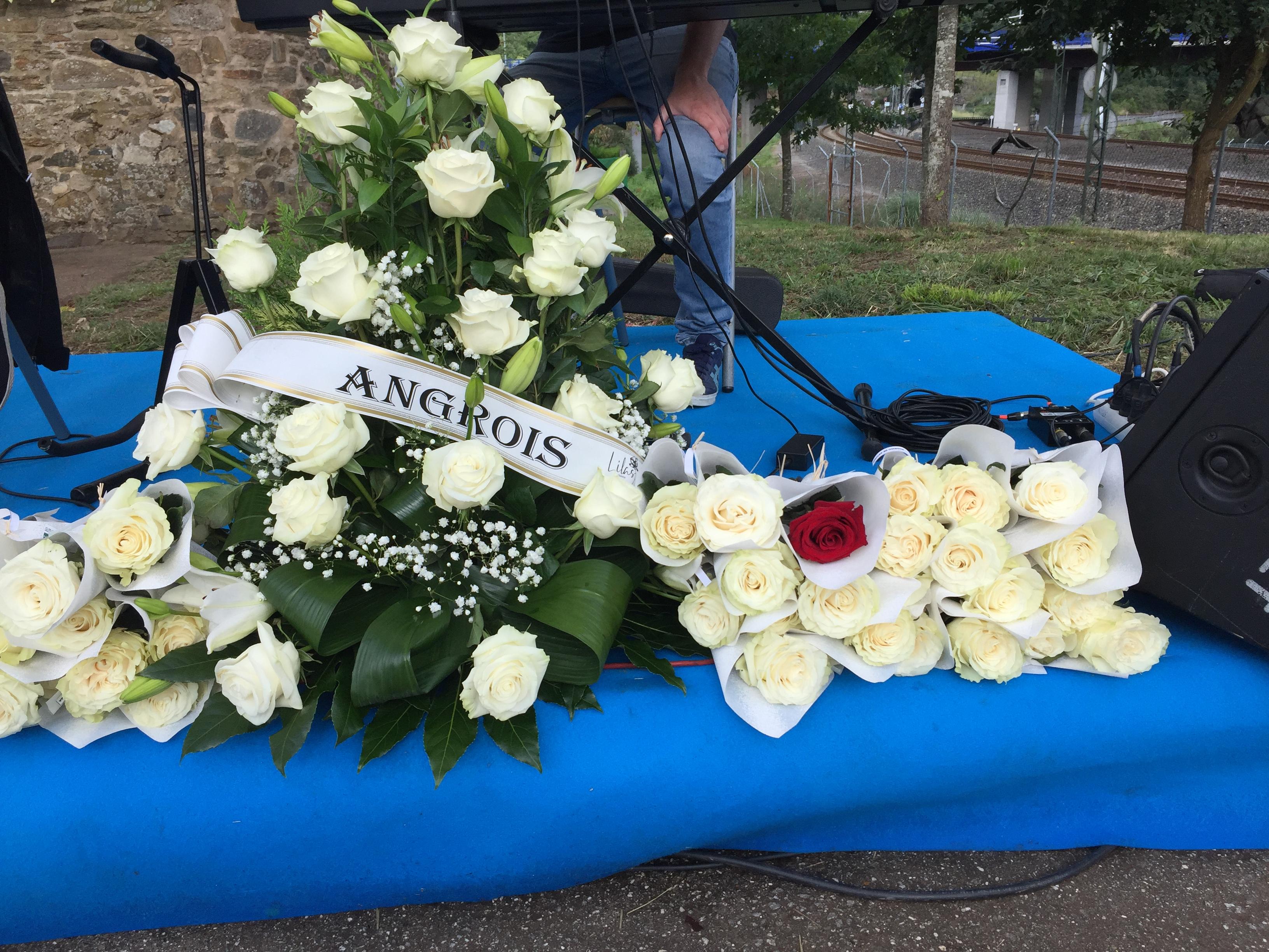 As tradicionais 80 rosas brancas en lembranza das persoas falecidas en Angrois e unha vermella simbolizando as mortes pola COVID-19