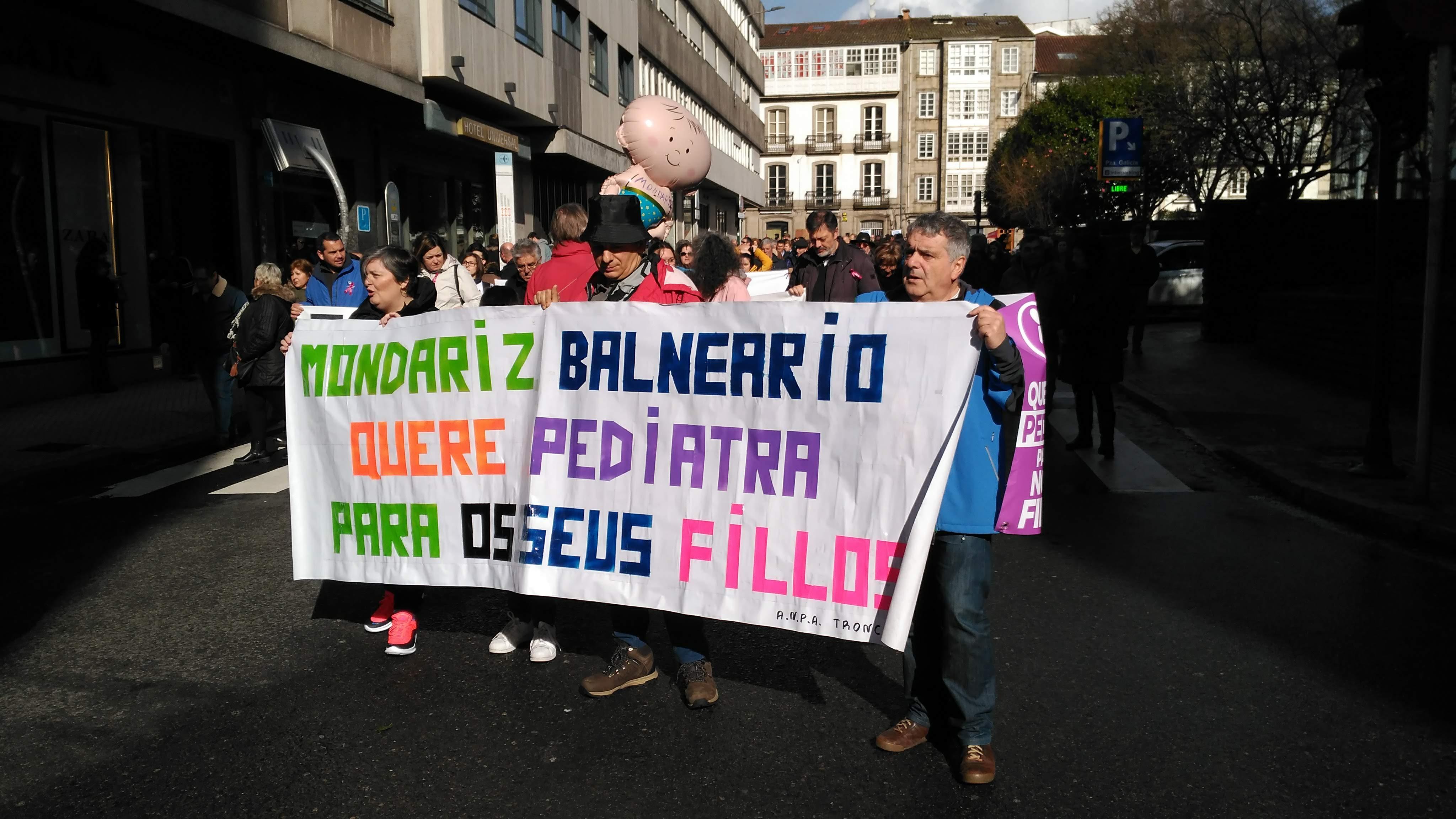 Veciñanza de Mondariz Balneario reclama máis pediatras durante a manifestación