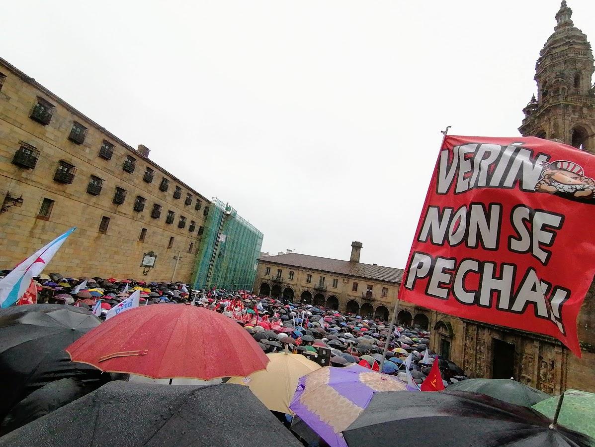 Un intre do acto final na manifestación a prol da sanidade pública, o 9 de febreiro de 2020, cun cartaz da veciñanza de Verín
