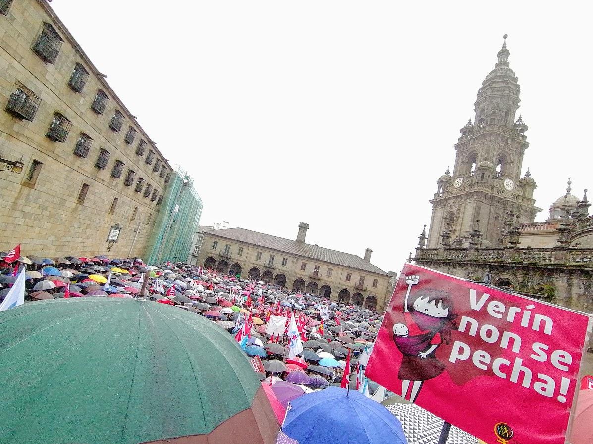 Remate da manifestación pola sanidade pública, o 10 de febreiro de 2020, cun cartel da veciñanza de Verín en primeiro plano