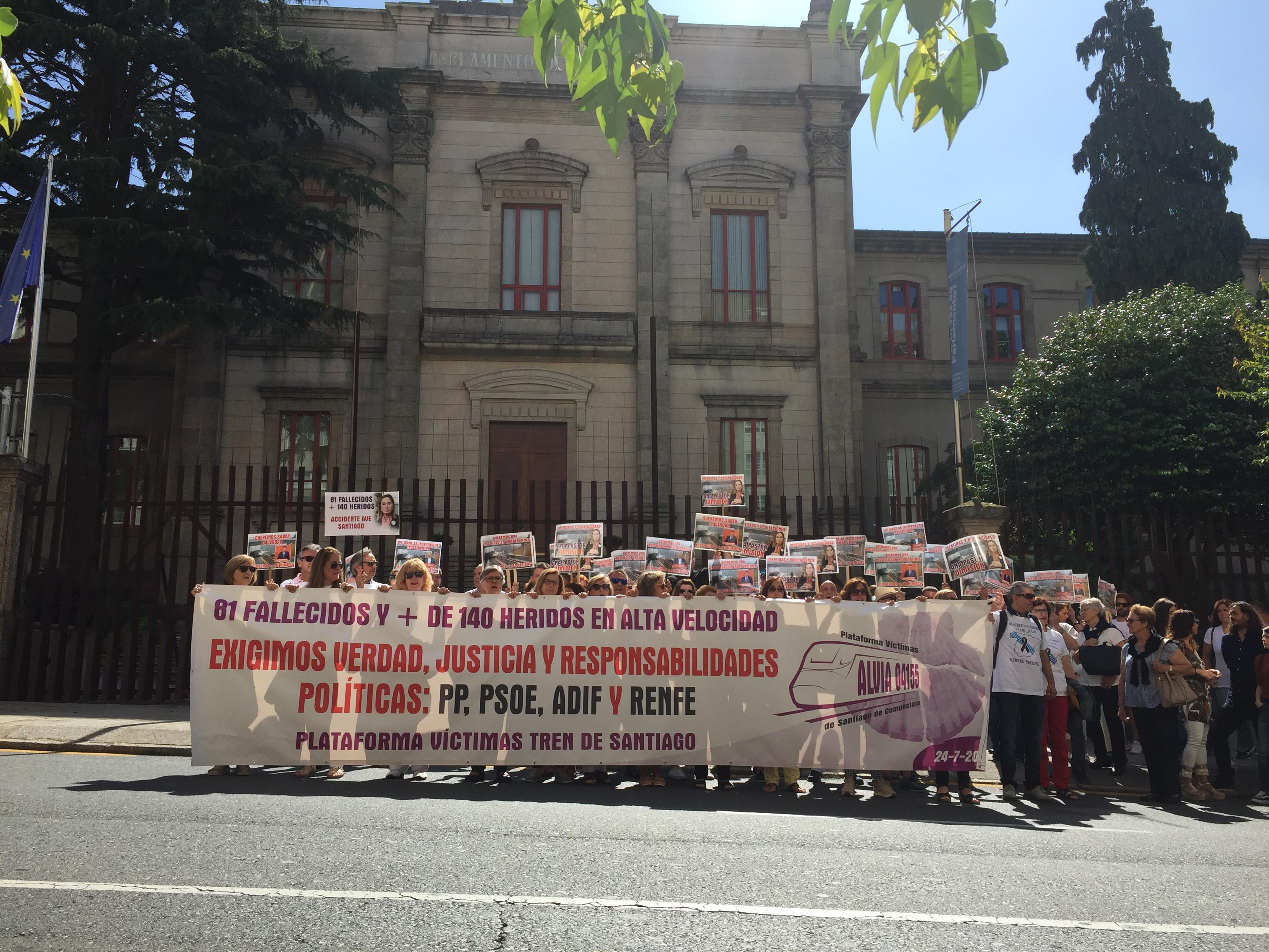 Vítimas de Angrois ante o Parlamento de Galicia no sexto aniversario do accidente