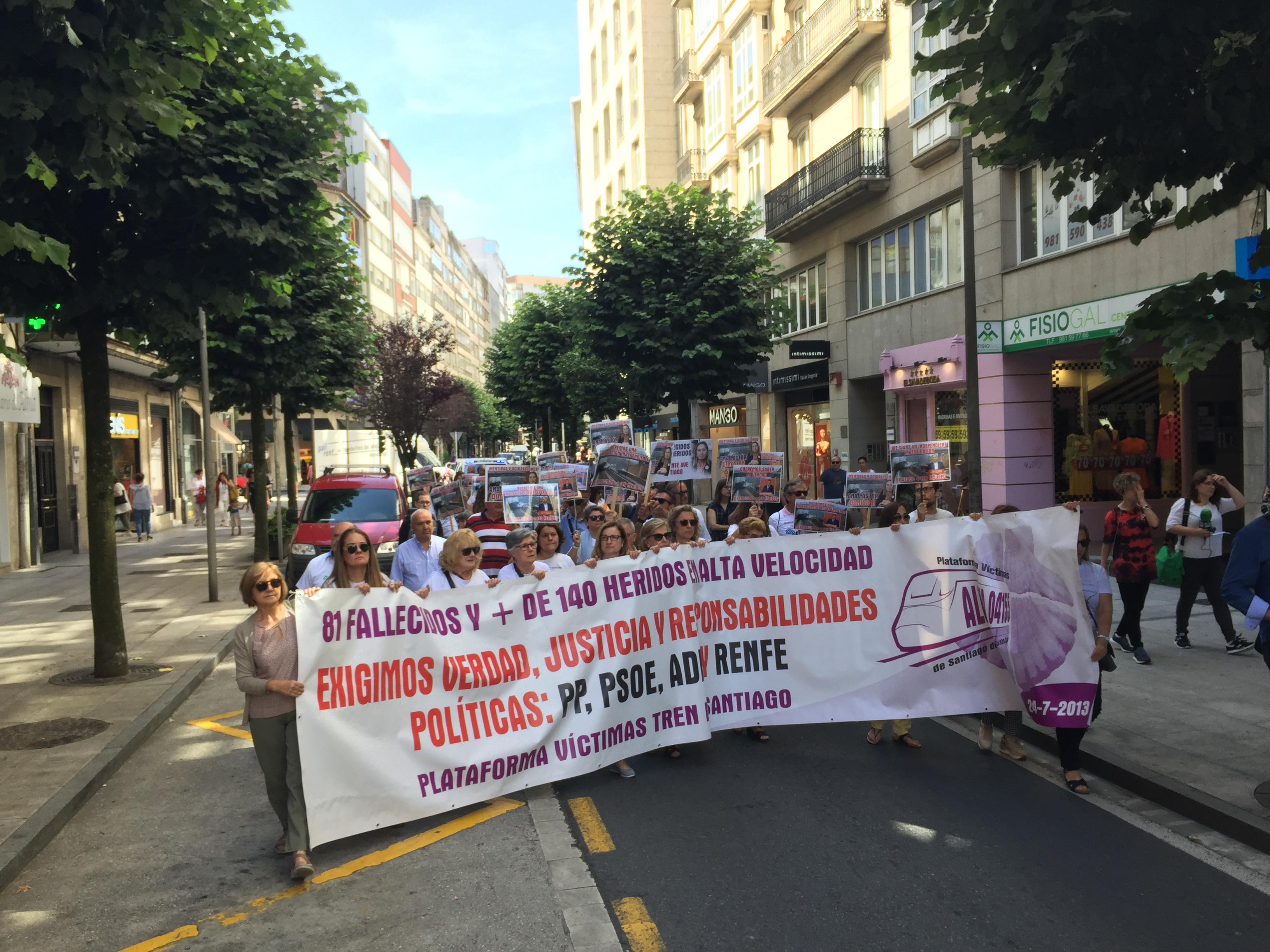Vítimas de Angrois polas rúas comerciais de Santiago no sexto aniversario do accidente