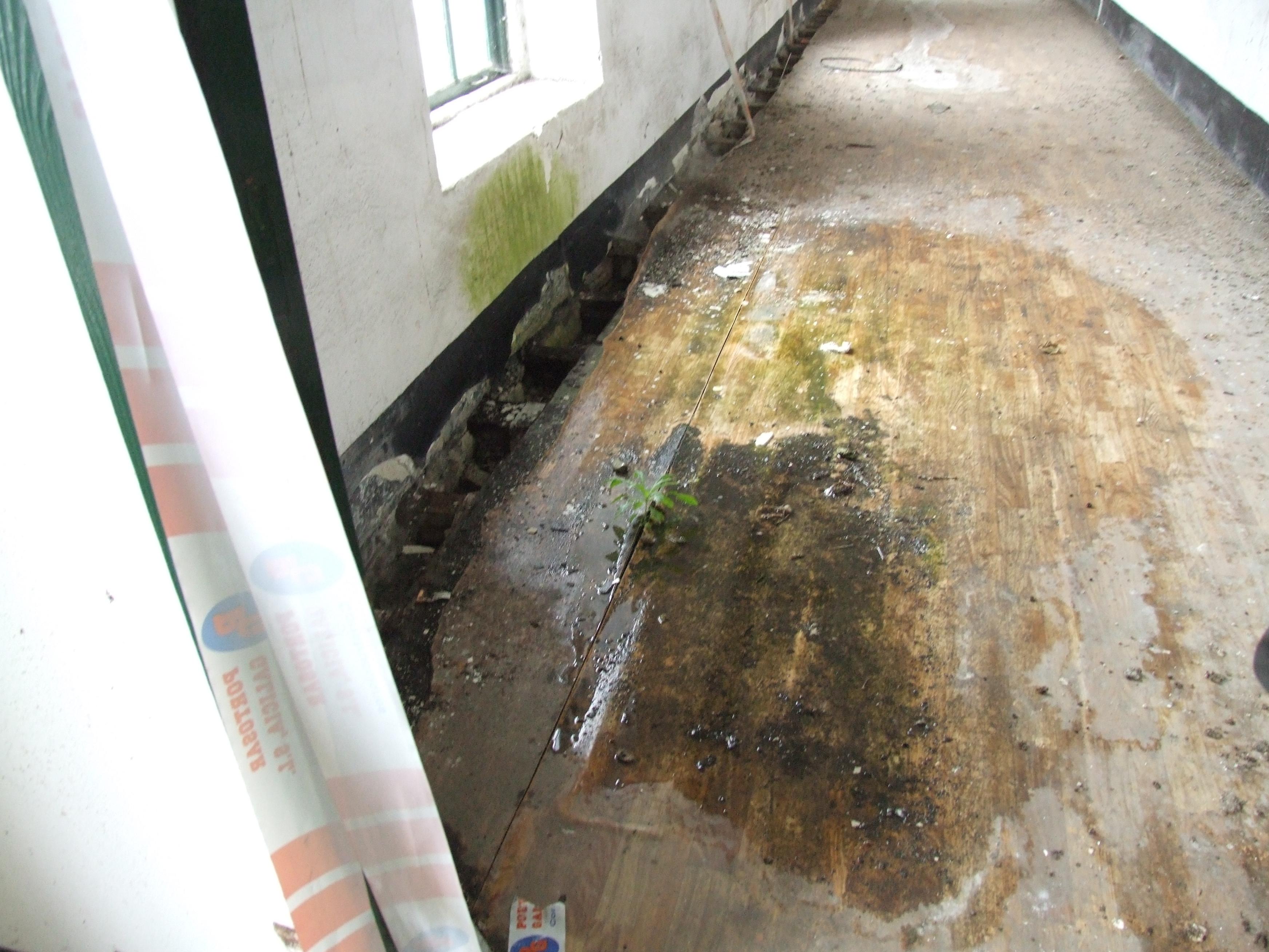 Pavimento estragado nun dos corredores do Cuartel de San Fernando | Concello de Lugo