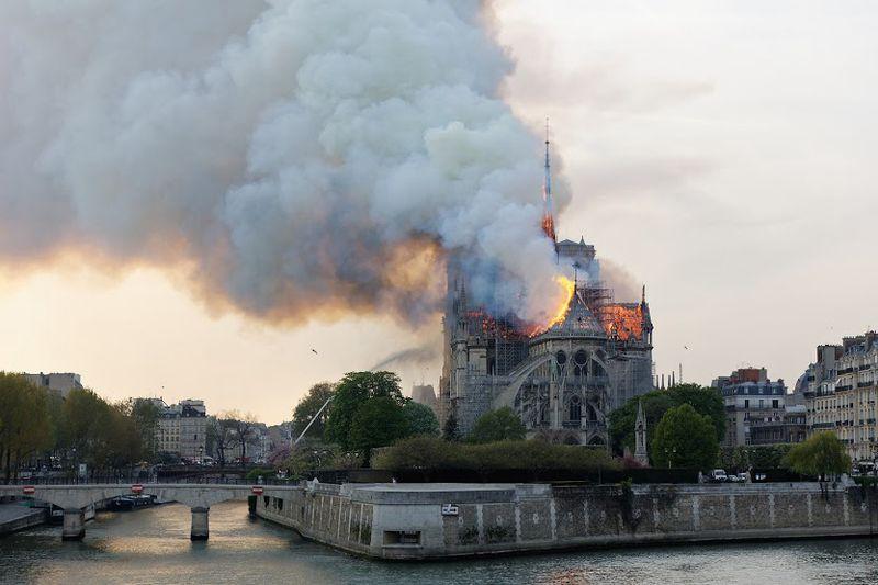 Vista do incendio de Notre-Dame o 15 de abril de 2019
