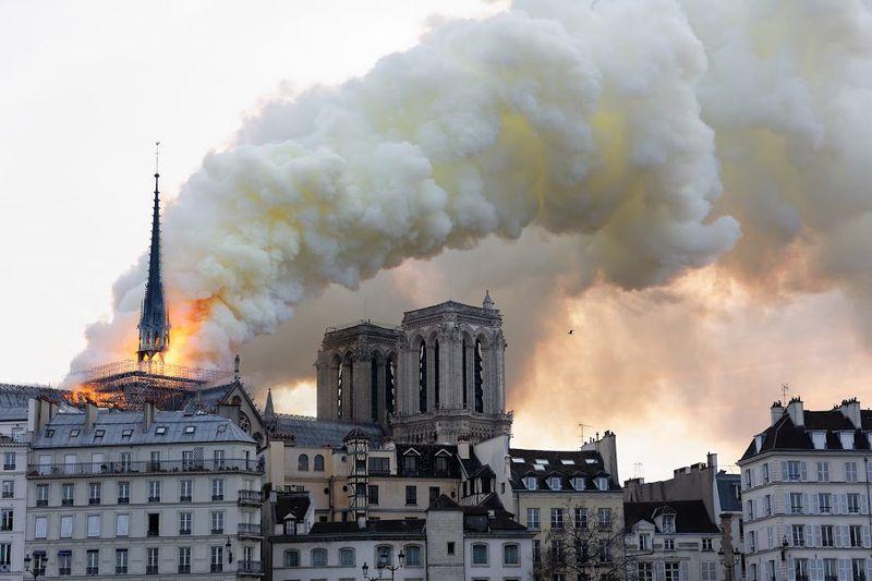 A mesta columna de fume do incendio de Notre-Dame, antes da caída da agulla