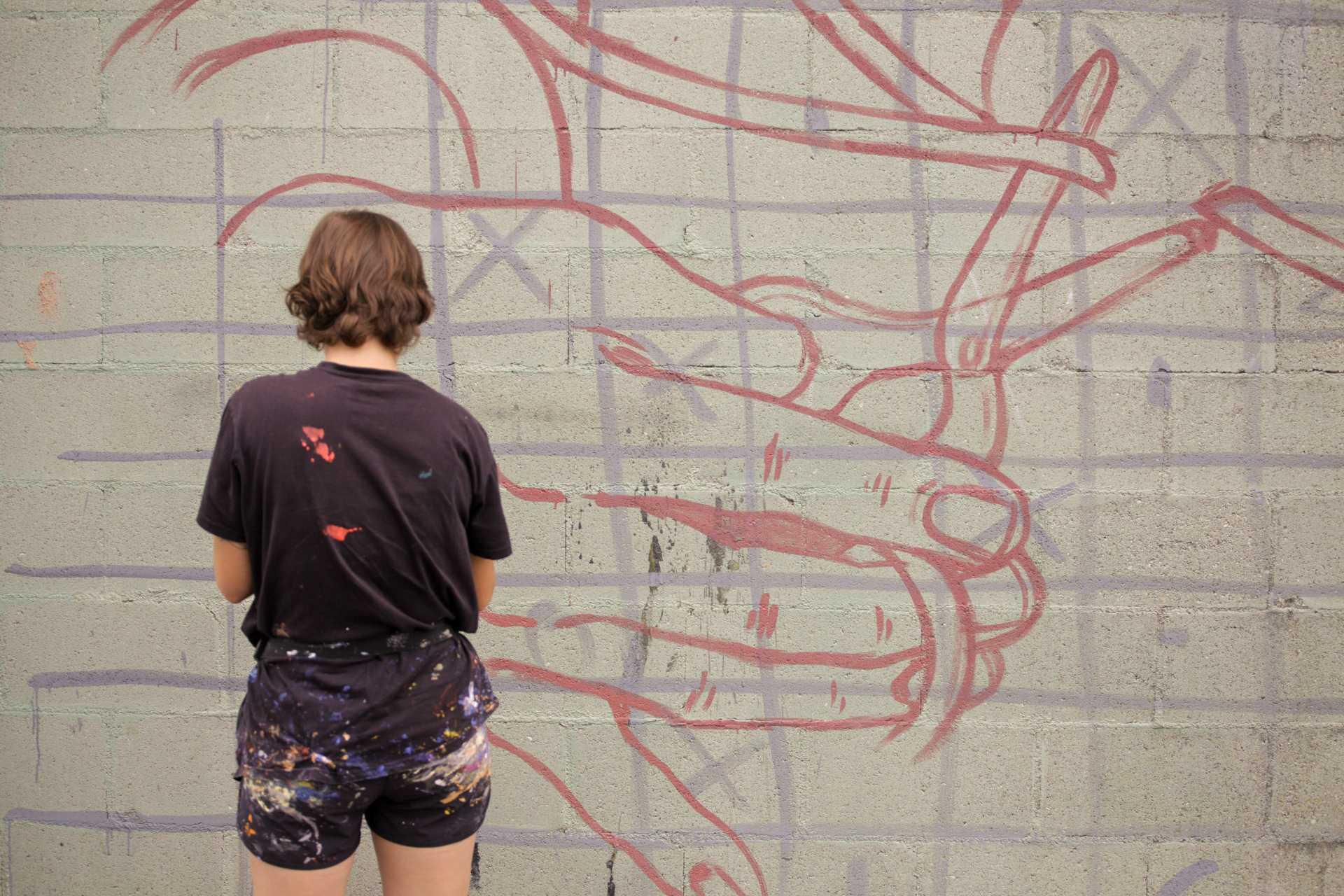 Lidia Cao na primeira fase do seu mural dedicado a Aurora e Manuela Liste Forján no pavillón municipal de Calo (Teo) para o Delas Fest 2020