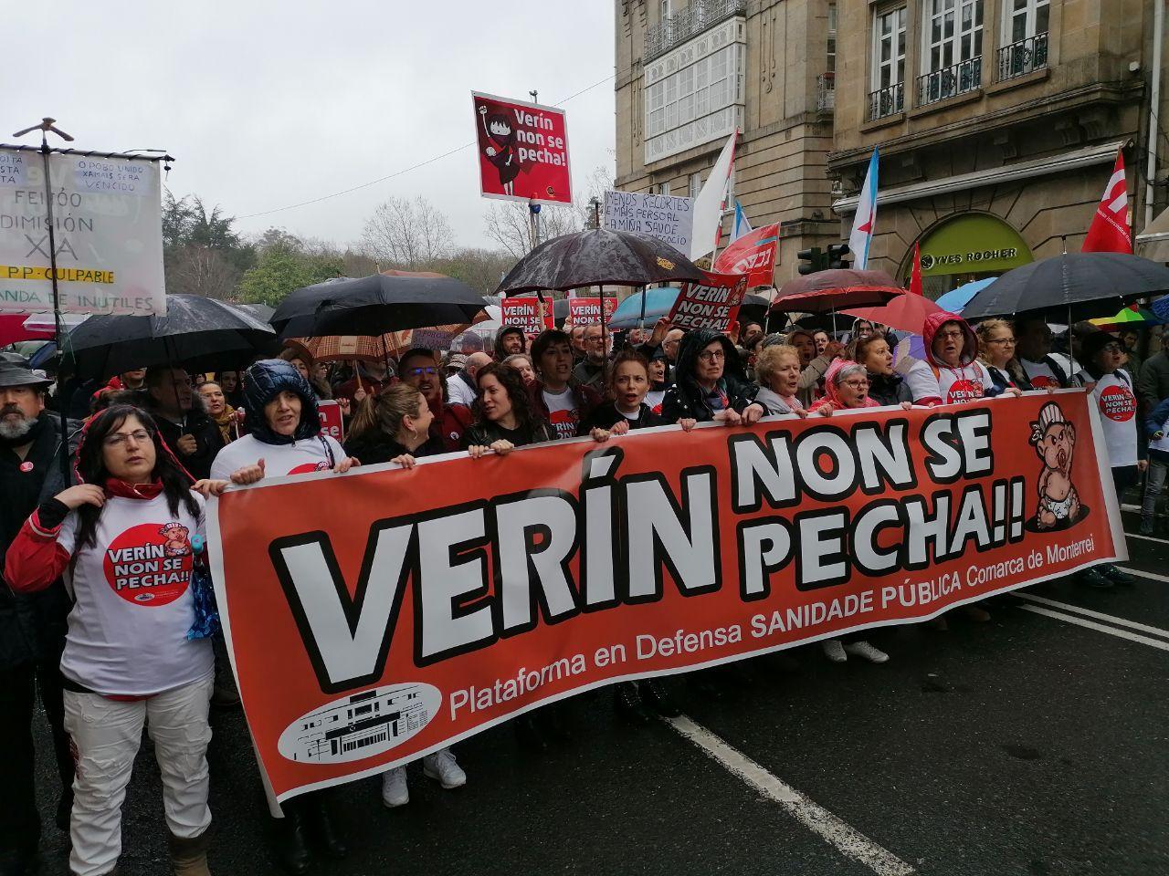 Pancartas contra o peche do paridoiro de Verín na manifestación pola sanidade pública en Santiago
