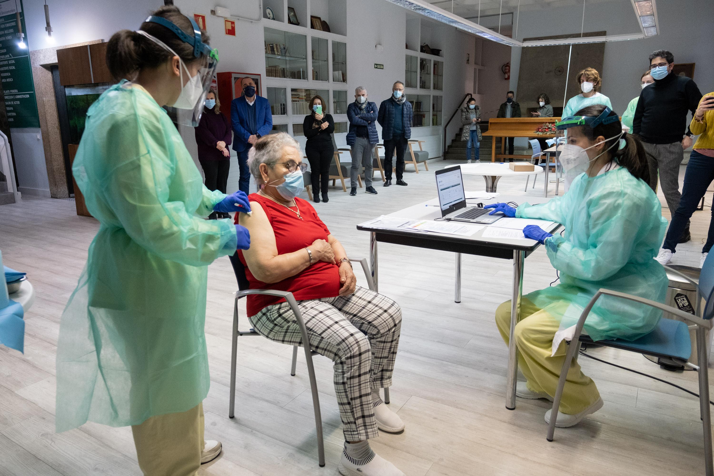 Nieves Cabo, tras ser vacinada contra a COVID en Santiago