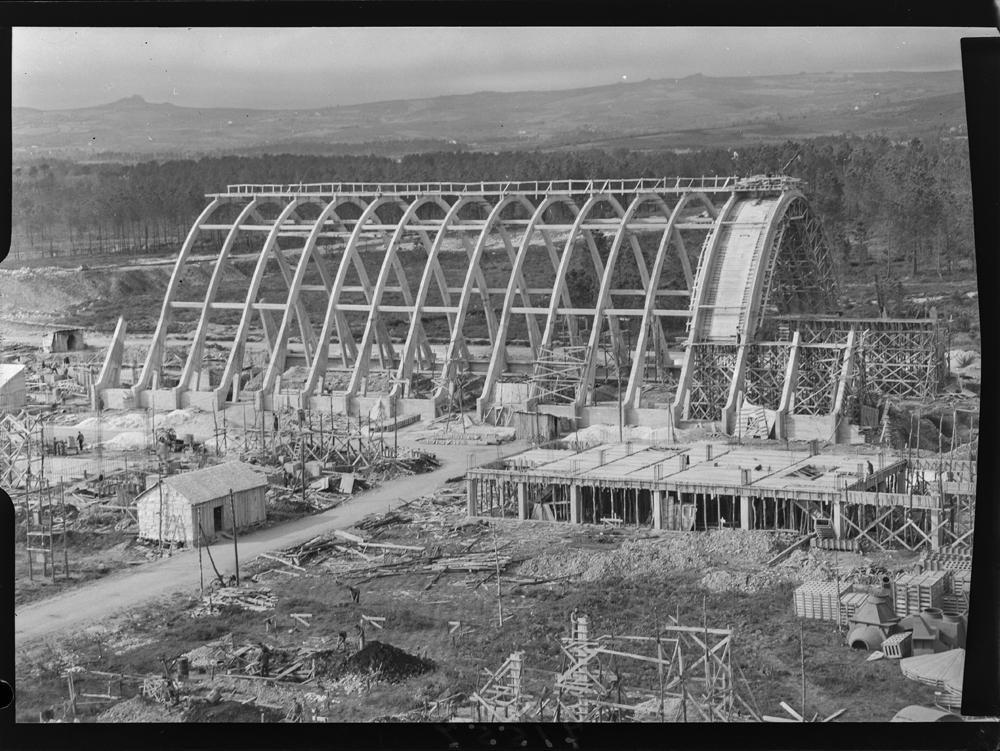 Construción dun dos edificios da central térmica das Pontes en 1957. Arquivo Pando