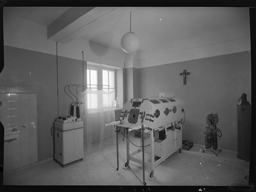 Sala con cámara de osíxeno hiperbárico no Hospital da Coruña. 1957. Arquivo Pando