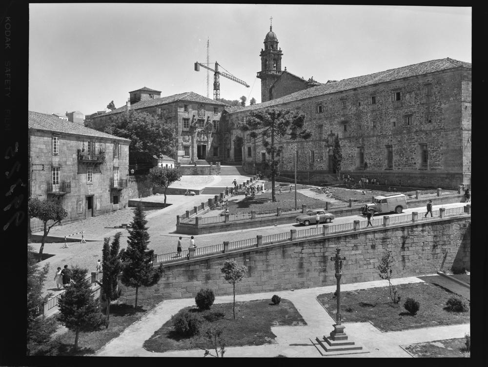 Actual Praza do 8 de marzo e convento de Bonaval en Compostela. Arquivo Pando