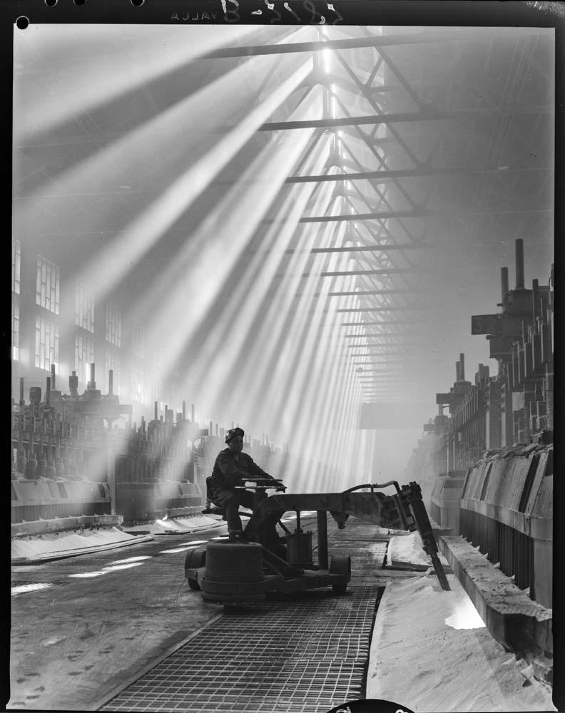 Interior dunha fábrica na cidade da Coruña, no ano 1967. Arquivo Pando