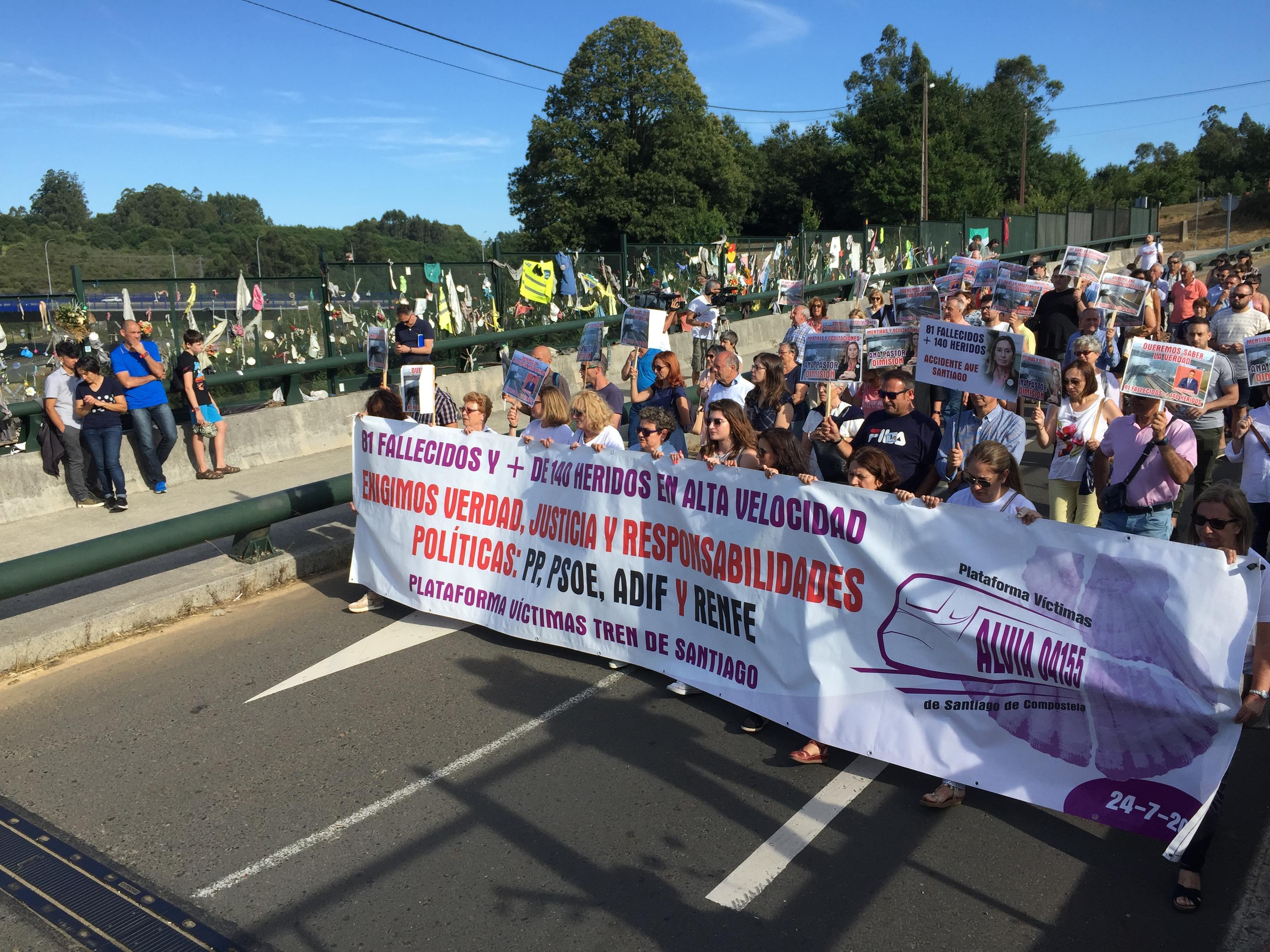 Vítimas chegando a Angrois para os actos de lembranza da tarde do sexto aniversario