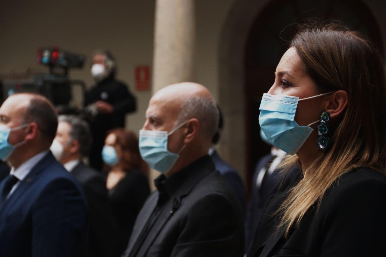 Os candidatos de Ciudadanos e Marea Galeguista, Beatriz Pino e Pancho Casal, na homenaxe ás vítimas do coronavirus