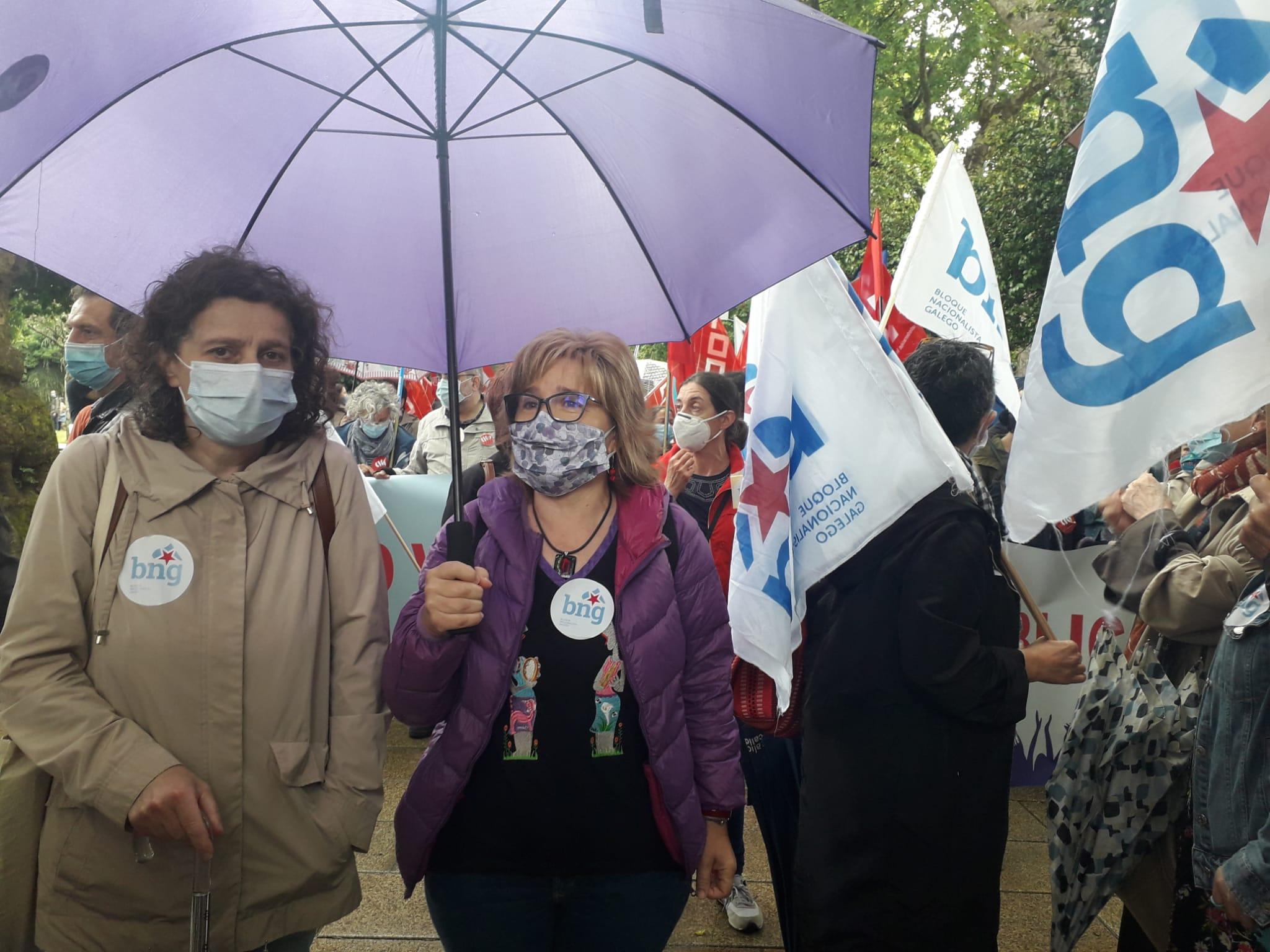 Montse Prado e Goretti Sanmartín, con outros membros do BNG na mobilización deste 27 de xuño