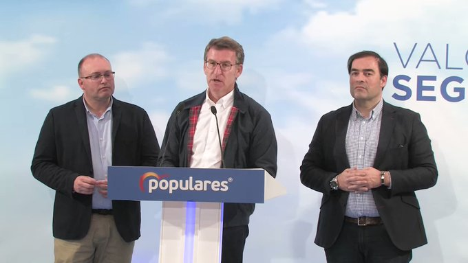 Feijóo, con Miguel Tellado e o deputado Alberto Pazos, valorando os resultados do PPdeG