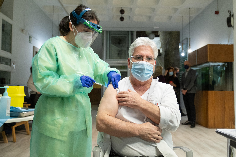 José Antonio Arcay, traballador da cociña na residencia Porta do Camiño, foi a segunda persoa en ser vacinada en Galicia