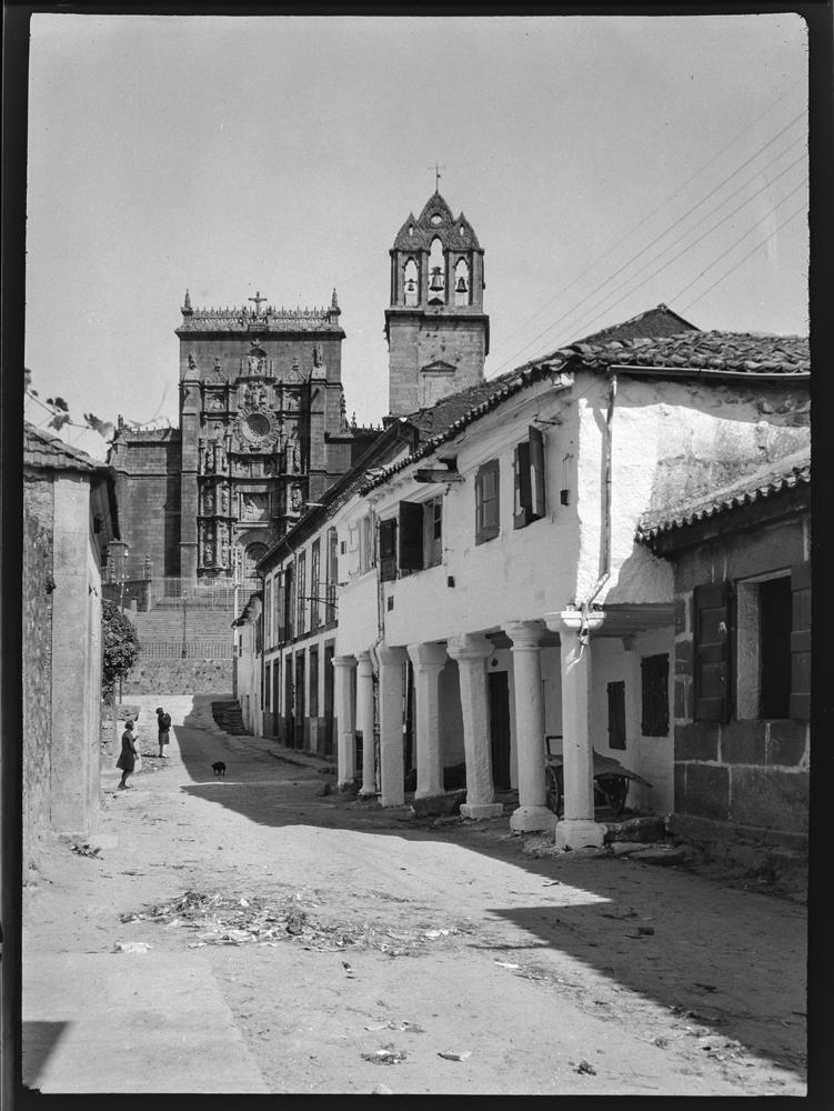 Unha rúa de Pontevedra coa igrexa de Santa María ao fondo. Arquivo de Otto Wunderlich