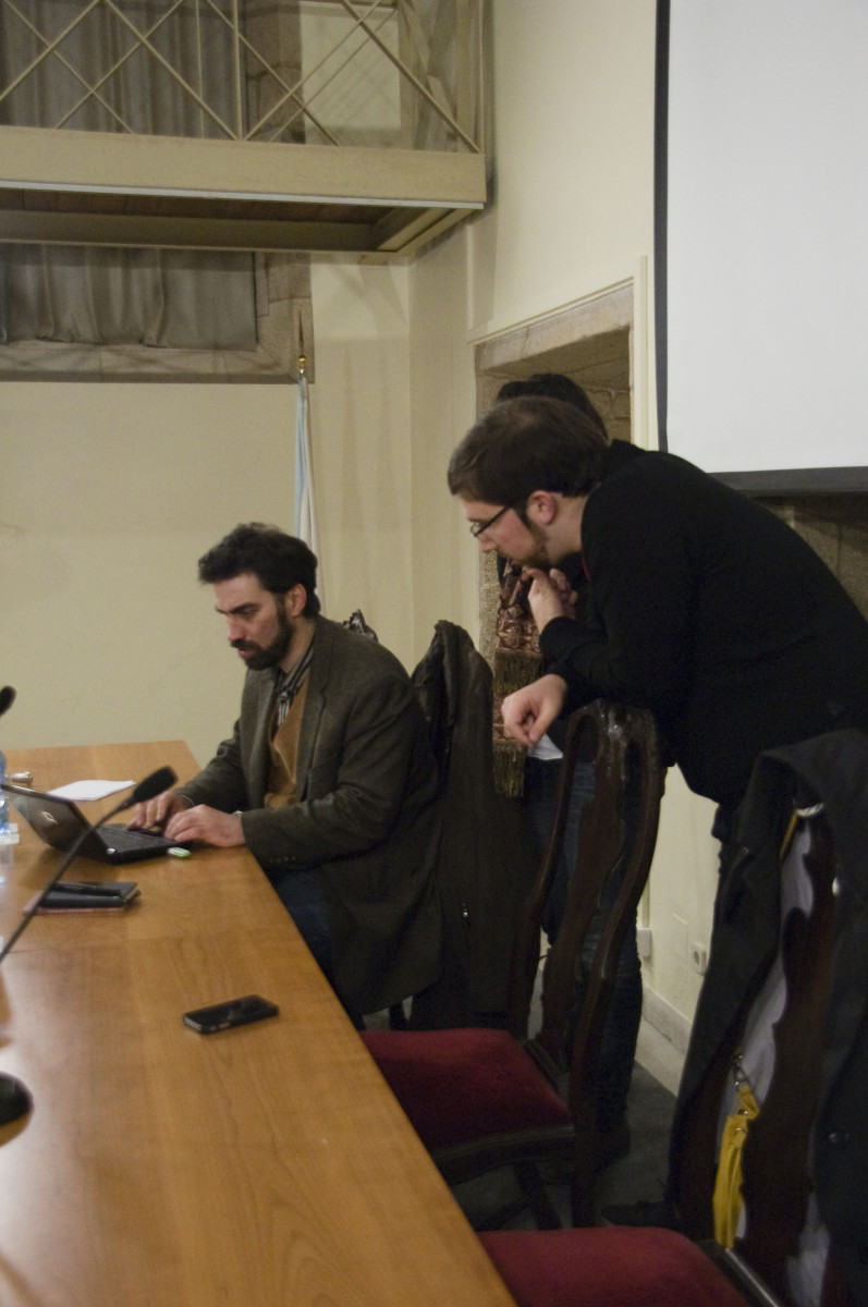 David Lombao observa o adianto da web no ordenador de Filipe Díez