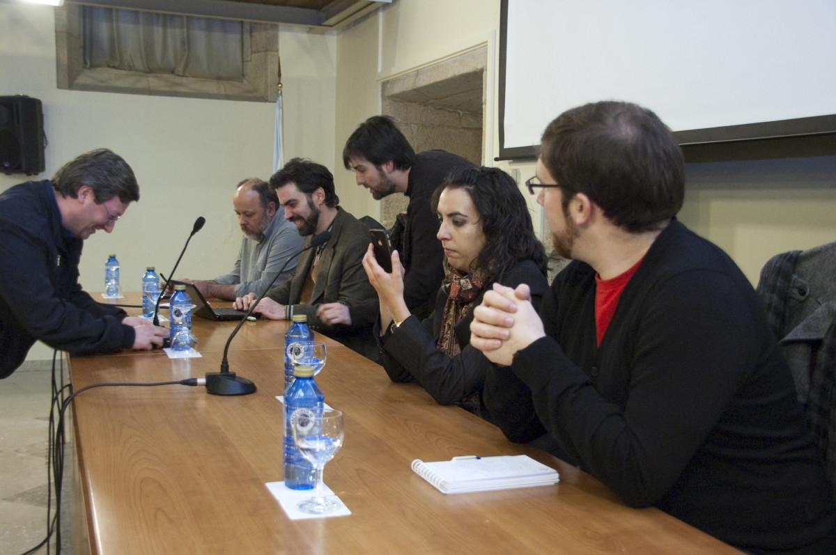 O equipo de Praza ultima detalles da presentación coa axuda do xefe de mantemento do Museo