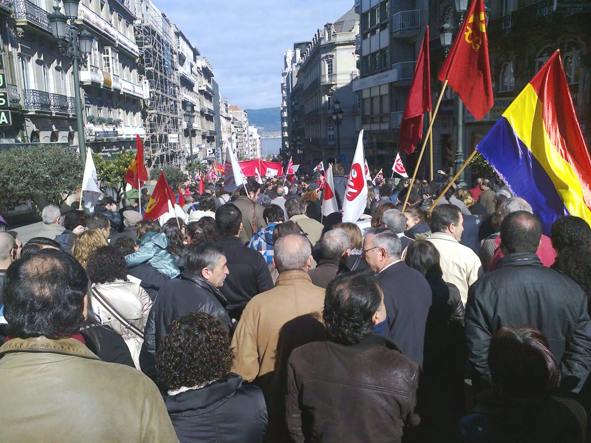 Un intre da manifestación de Vigo, co mar ao fondo