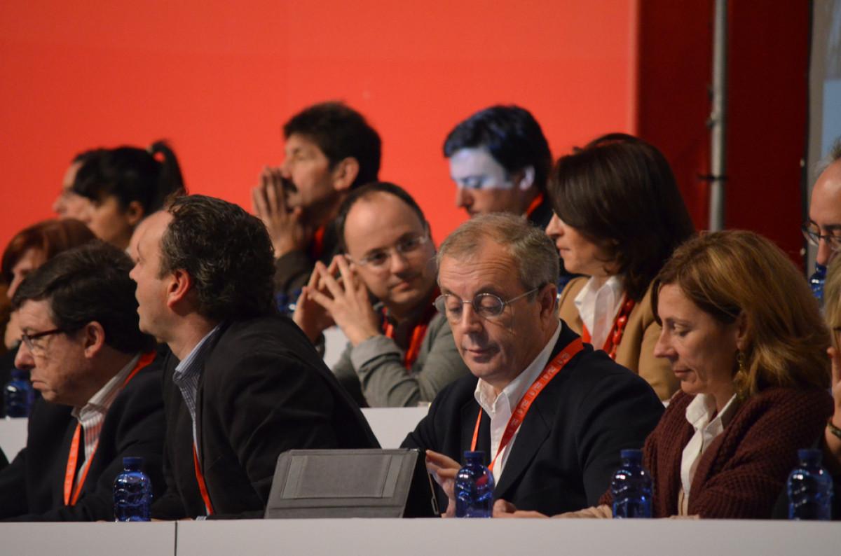 Vázquez consulta as súas notas no Congreso do PSdeG