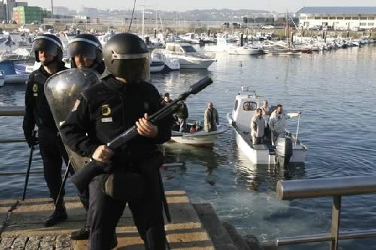 A presenza policial para permitir a entrada do buque era moi importante