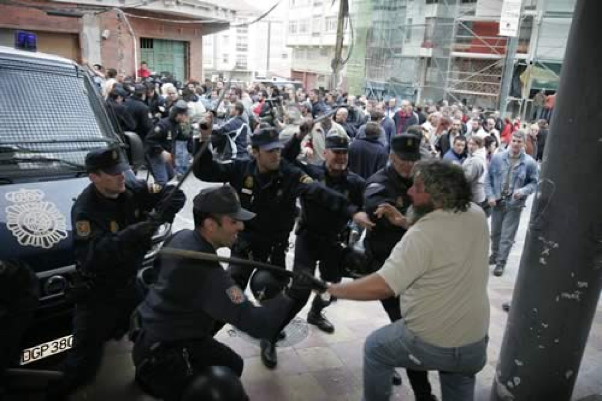 A policía cargou con dureza contra as persoas que tentaban impedir a entrada dos gaseiros
