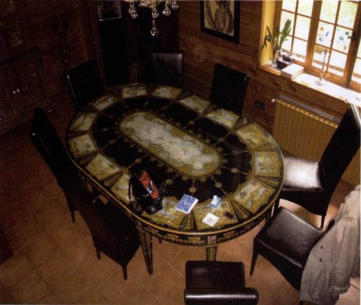 Mesa pintada ao óleo e cadeiras, 10.000 €