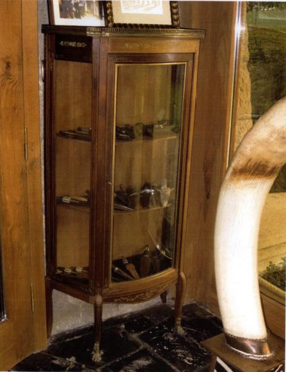 Vitrina con navallas e puñais antigos, 15.000 €